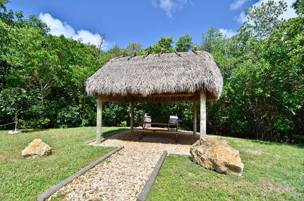 Best Western Key Ambassador Resort Inn - BBQ Picnic area onsite available for guests.