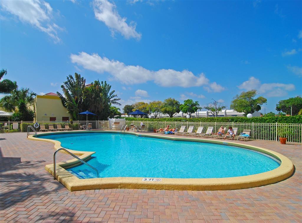 Best Western Plus University Inn - Tanto si desea relajarse junto al agua como tomar un baño, nuestra piscina al aire libre es el lugar perfecto para desconectar de todo.