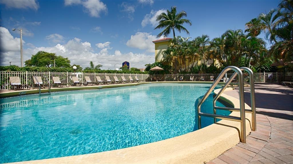 Best Western Plus University Inn - Riposati a bordo vasca o fai una nuotata nella nostra area piscina all'aperto, perfetta per il relax.