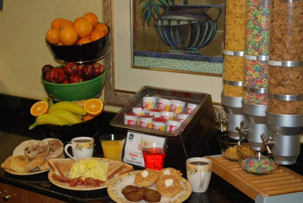 Best Western Plus University Inn - Petit déjeuner buffet chaud complet