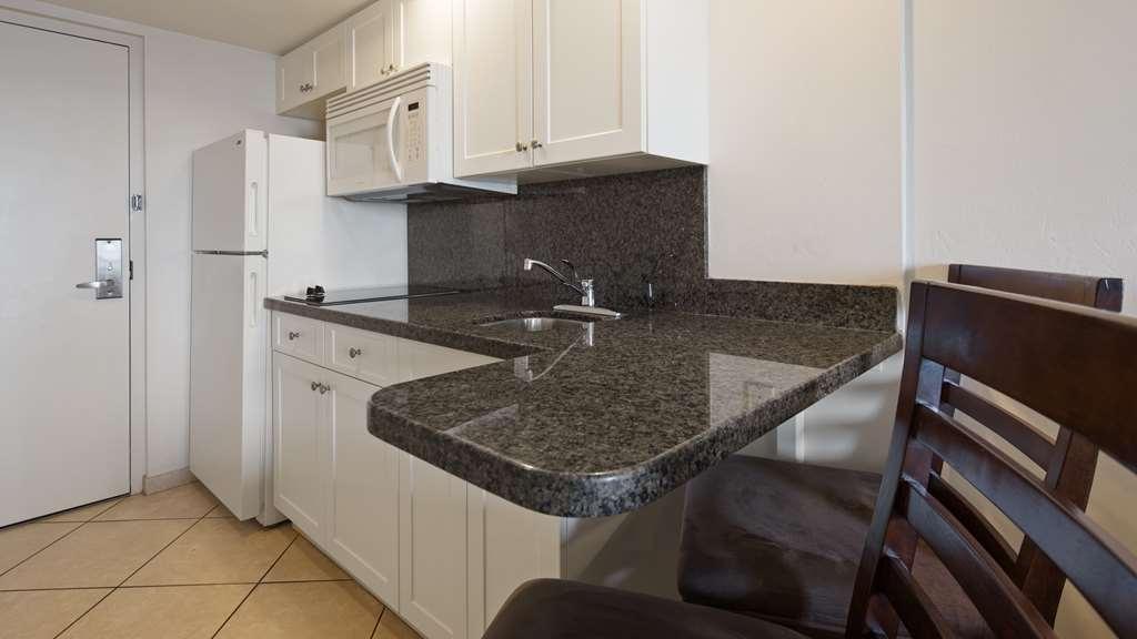 Best Western Plus Beach Resort - Guest Room Kitchen