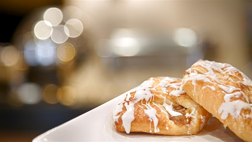 Best Western Cocoa Inn - Kick-start your morning with a complimentary breakfast.
