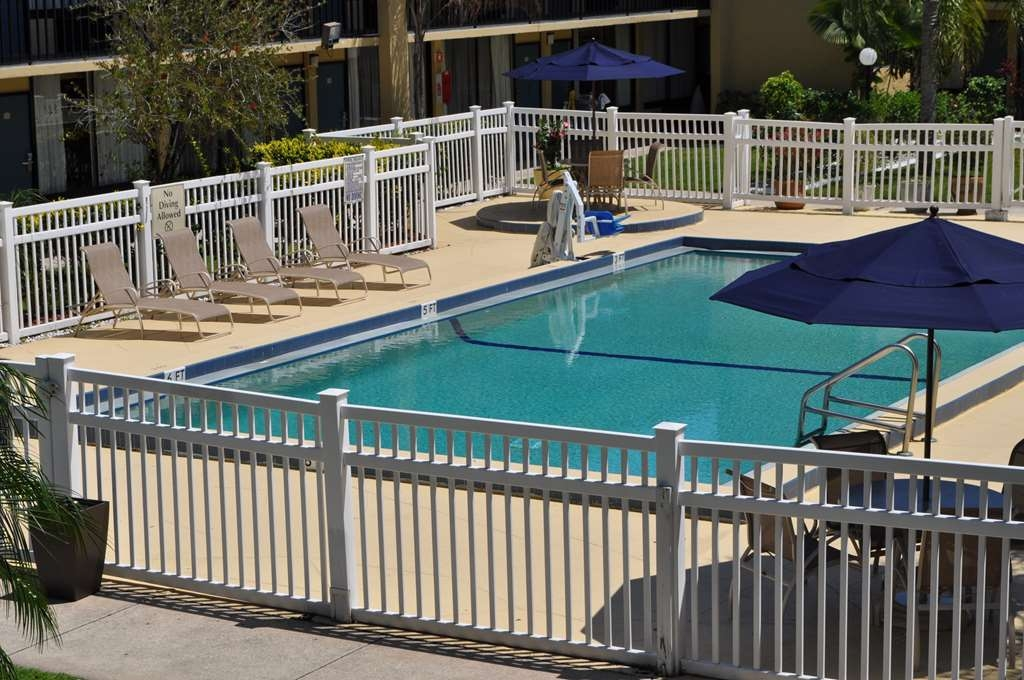 Best Western Cocoa Inn - Whether you want to relax poolside or take a dip, our outdoor pool area is the perfect place to unwind.