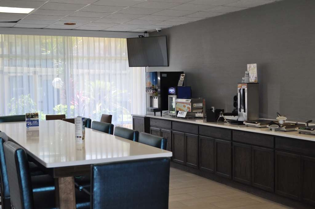 Best Western Cocoa Inn - Choose from a wide selection of seating to enjoy your morning meal.