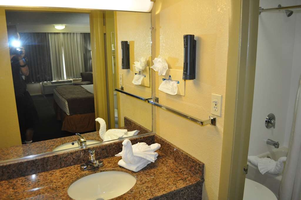 Best Western Cocoa Inn - Enjoy getting ready for a day of adventure in this fully equipped guest bathroom.