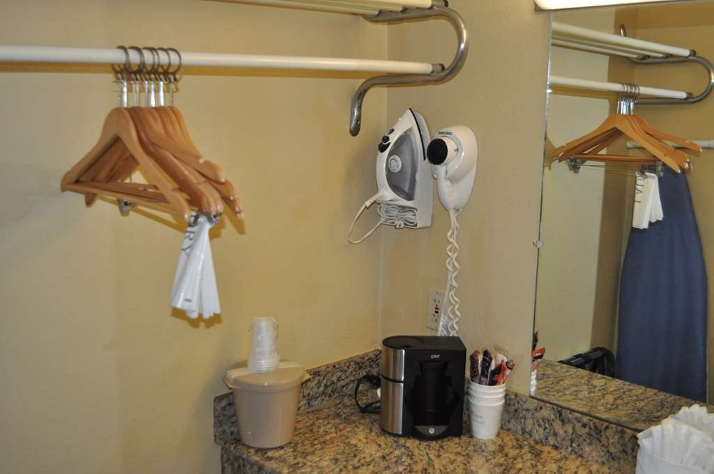 Best Western Cocoa Inn - Nuestros cuartos de baño cuentan con un amplio tocador para que pueda colocar cómodamente sus productos personales.