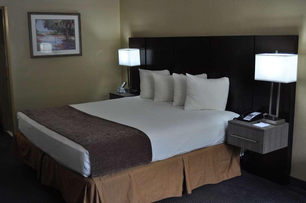 Best Western Cocoa Inn - Relájese tras de un largo día de viaje en nuestra habitación con cama de matrimonio extragrande.