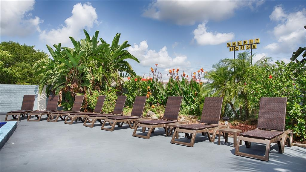 Best Western Space Shuttle Inn - Soak up the sun in one of our comfortable lounge chairs by our outdoor swimming pool.