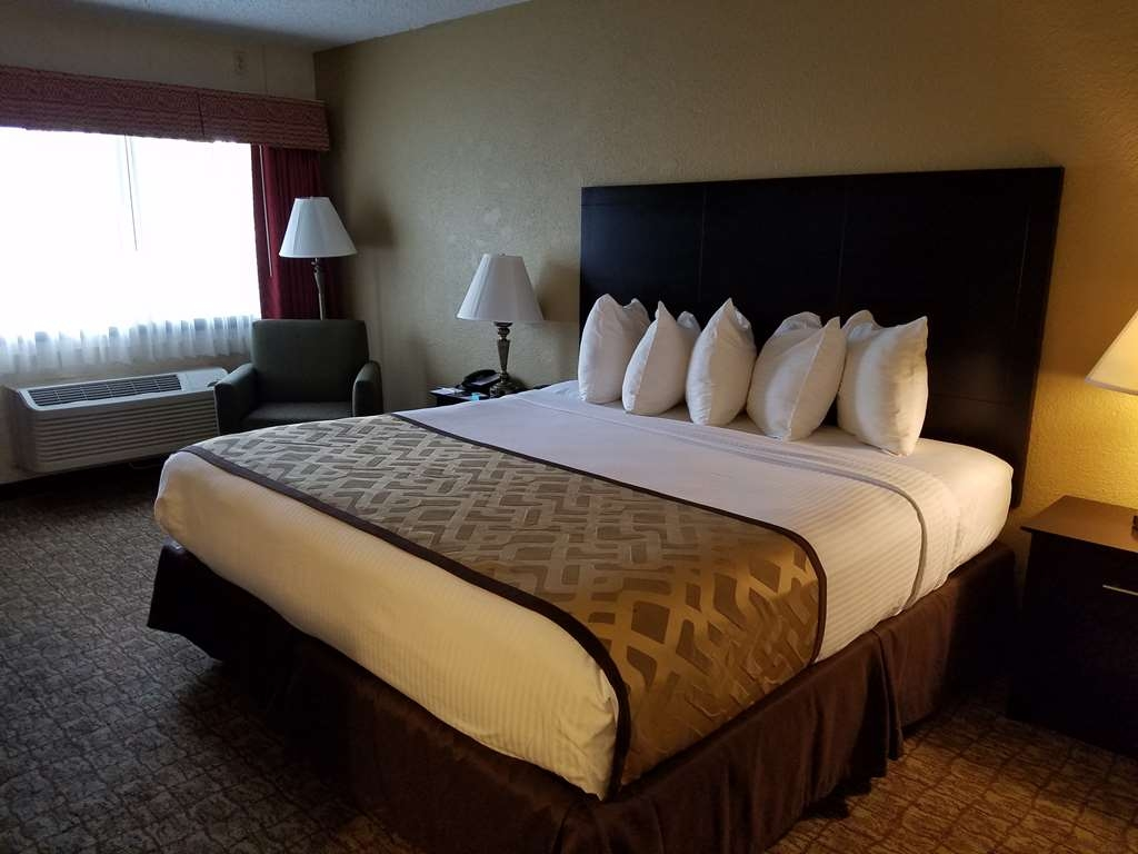 Best Western Crossroads Inn - Make yourself at home in our guest rooms. Upper floor connecting room one king two doubles.