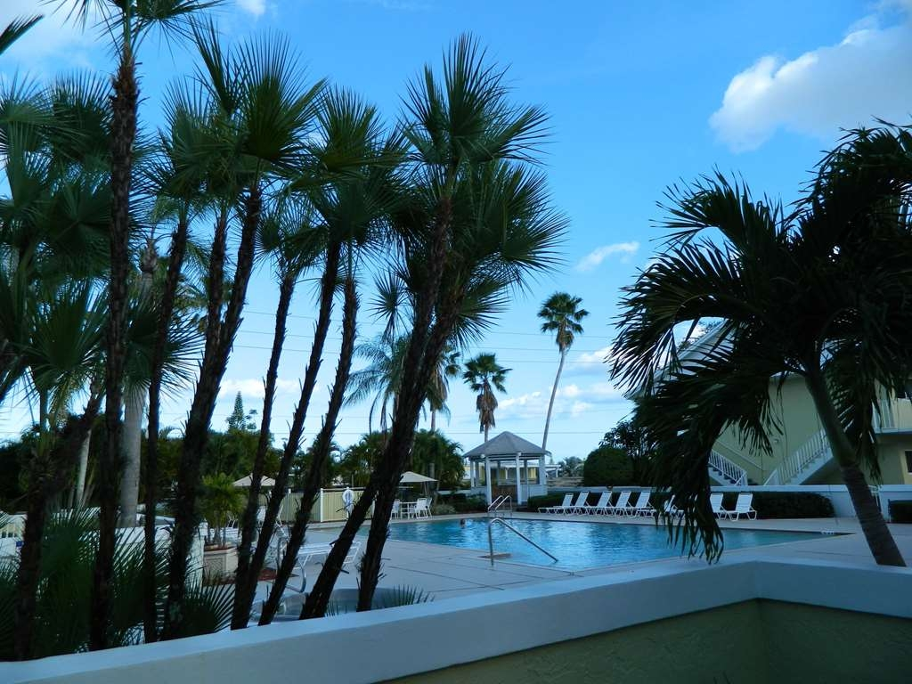 Best Western Port St. Lucie - Relax and unwind in the hot tub.