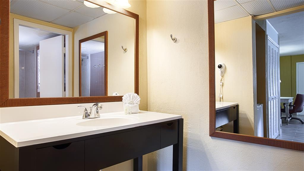 Best Western Hibiscus Motel - All guest bathrooms have a large vanity with plenty of room to unpack the necessities.
