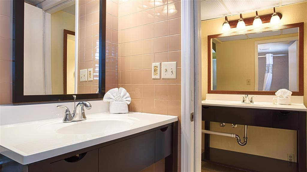 Best Western Hibiscus Motel - Enjoy getting ready for a day of adventure in this fully equipped guest bathroom.