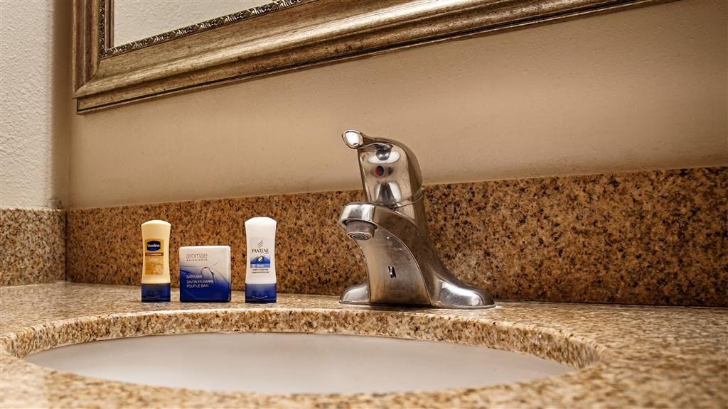 Best Western Tallahassee-Downtown Inn & Suites - Guest Bathroom