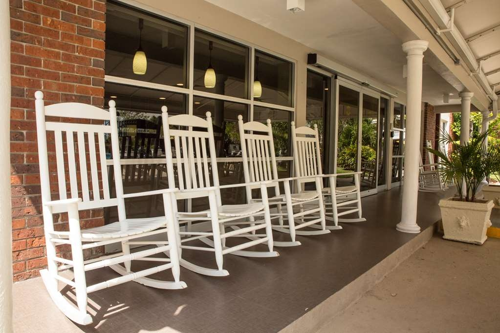 Best Western Palm Beach Lakes - Enjoy our complimentary breakfast on our covered patio overlooking the courtyard and pool