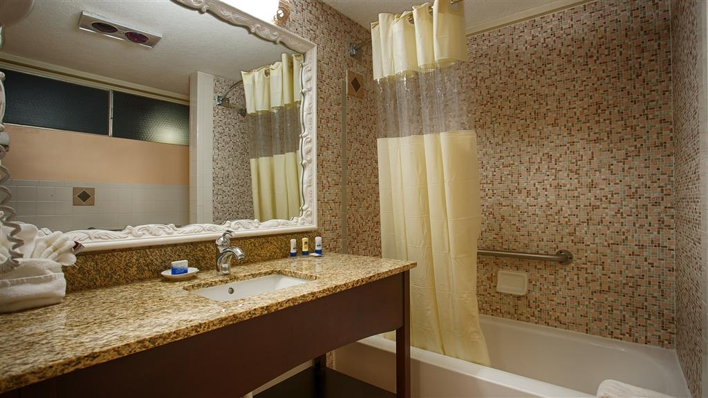 Best Western Plus Yacht Harbor Inn - Enjoy getting ready for a day of adventure in this fully equipped guest bathroom.