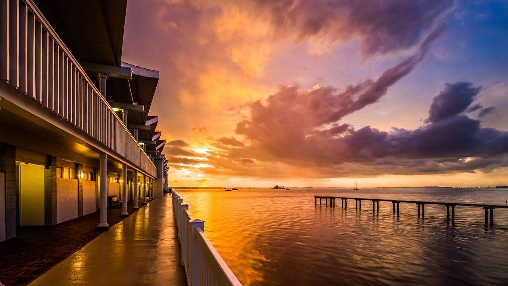 Best Western Plus Yacht Harbor Inn - Hotel Grounds