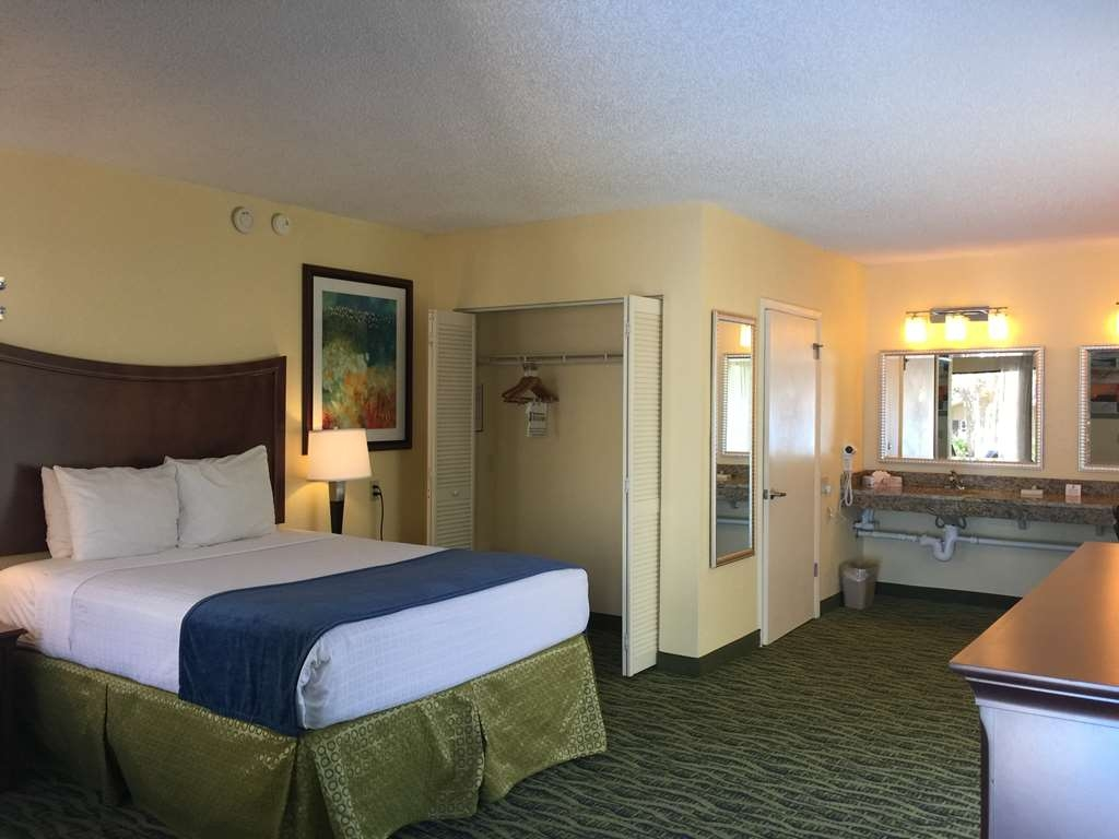 Best Western Crystal River Resort - ADA Mobility Accessible Queen Guest Room