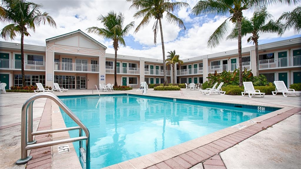 Best Western Gateway to the Keys - Whether you want to relax poolside or take a dip, our outdoor pool area is the perfect to unwind.