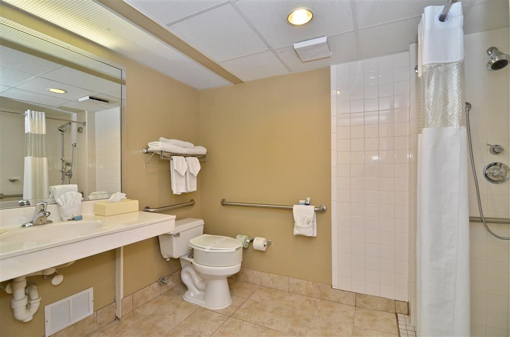 Best Western Gateway to the Keys - Guest Bathroom