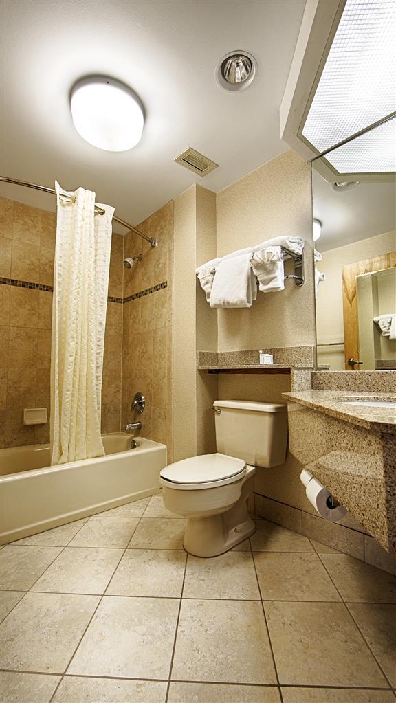 Best Western Intracoastal Inn - Prepárese con la mayor comodidad para un completo día de aventuras en este cuarto de baño con un completo equipamiento.
