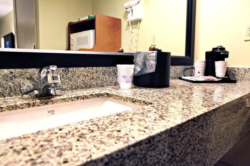 Best Western Navarre Waterfront - Guest Bathroom