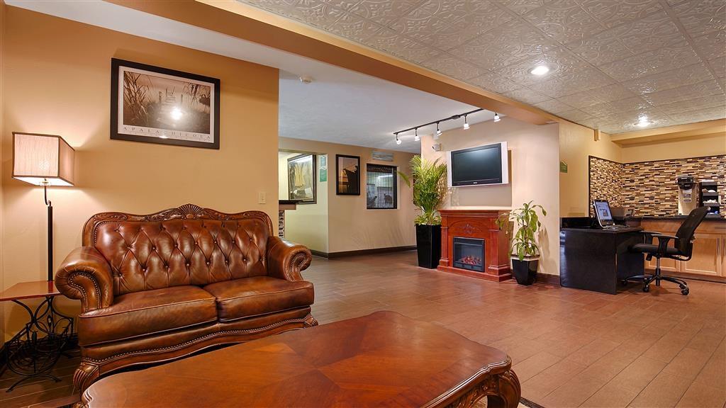 """Best Western Apalach Inn - Desde el mismo momento en el que accedan al vestíbulo del hotel, los huéspedes se sentirán como parte de nuestra familia y podrán disfrutar de nuestro concepto de hospitalidad """"Stay With People Who Care""""."""