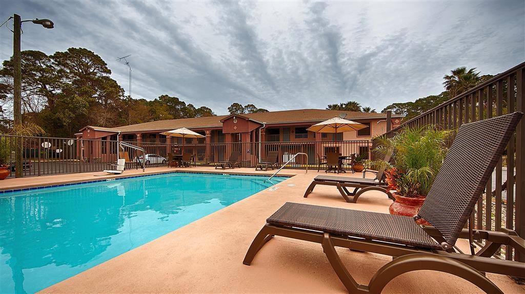 Best Western Apalach Inn - No deje que el mal tiempo le aleje de un buen baño. Nuestra piscina cubierta permanece climatizada durante todo el año para usted y sus amigos.