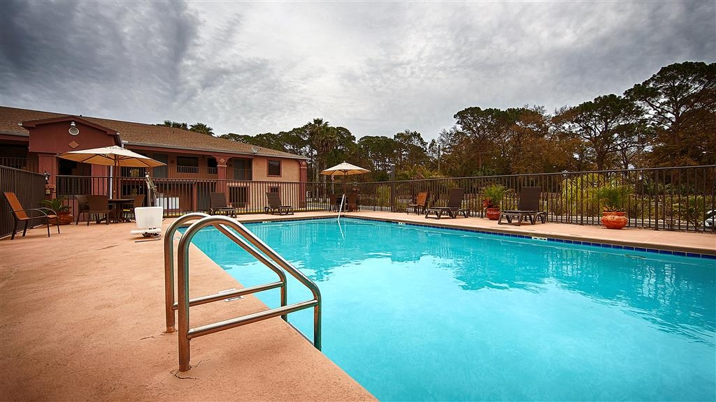 Best Western Apalach Inn - Soak up the sun in one of our comfortable lounge chairs by our outdoor swimming pool.