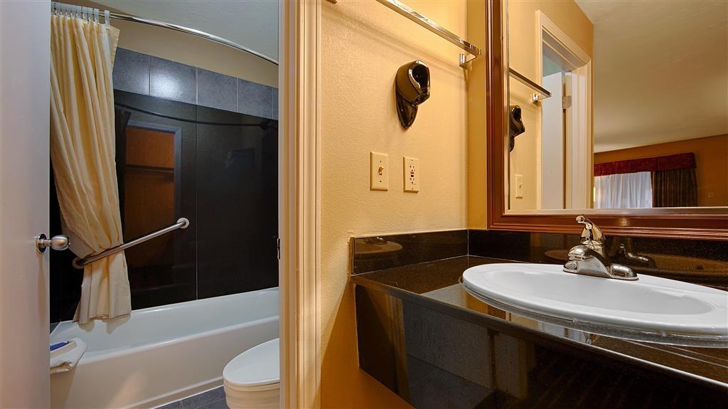 Best Western Apalach Inn - Prepárese con la mayor comodidad para un completo día de aventuras en este cuarto de baño con un completo equipamiento.