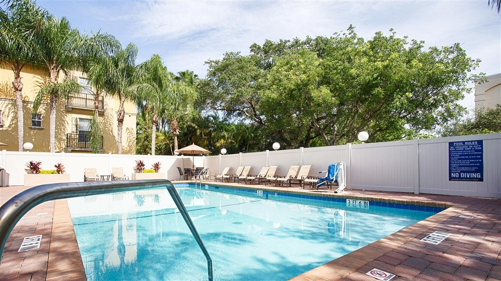 Best Western Fort Lauderdale Airport/Cruise Port - Splash around and have fun with the family in our outdoor pool for endless fun.