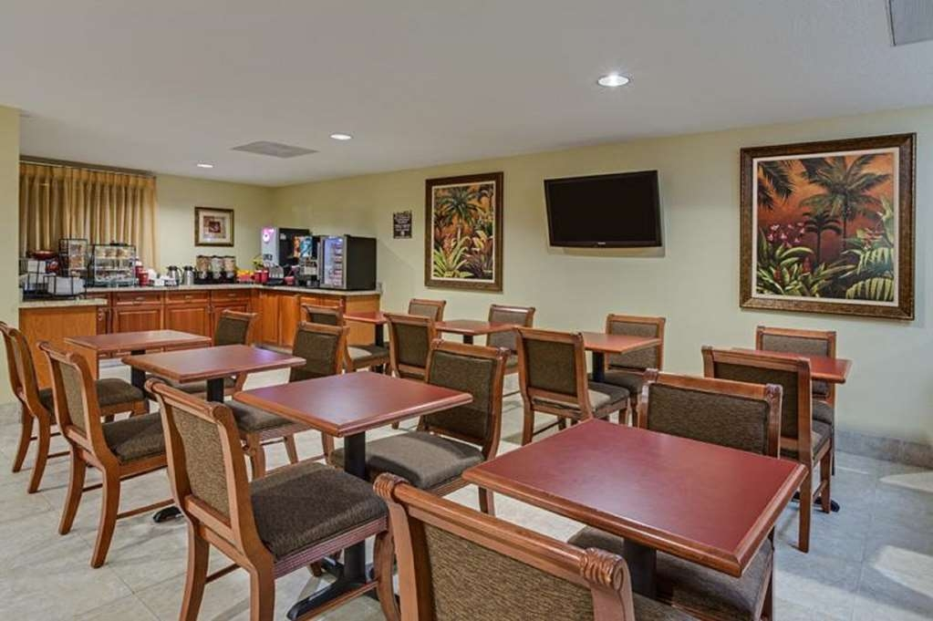 Best Western Fort Lauderdale Airport/Cruise Port - Sit down and enjoy the morning news while sipping a delicious cup of coffee.