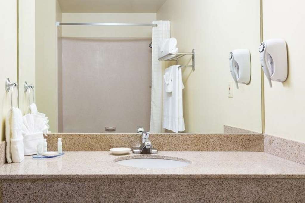 Best Western Fort Lauderdale Airport/Cruise Port - Enjoy getting ready for the day in our fully equipped guest bathrooms.