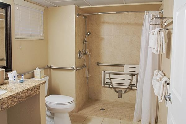 Best Western Fort Myers Waterfront - Bagno accessibile con sedia a rotelle