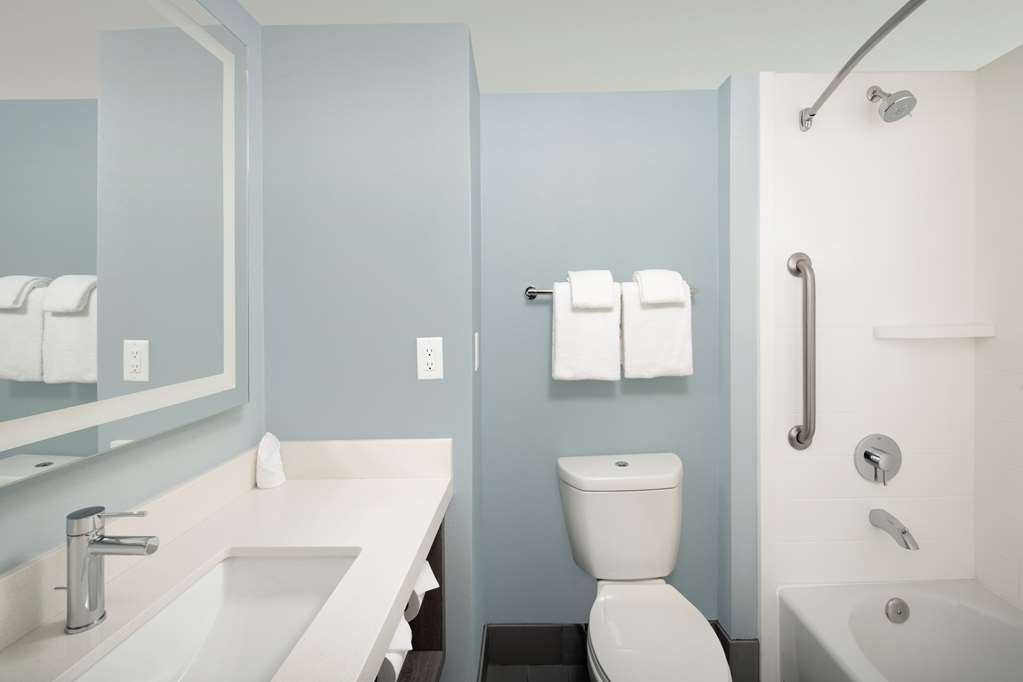 Best Western Oceanfront - Bathroom - Two Queen Bed Guest Room. Shower/Tub, LED Mirror, Amenities.