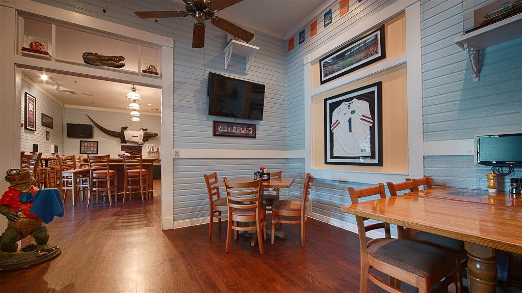 Best Western Gateway Grand - The Gators Den Sports Grill is a great place to relax and unwind.