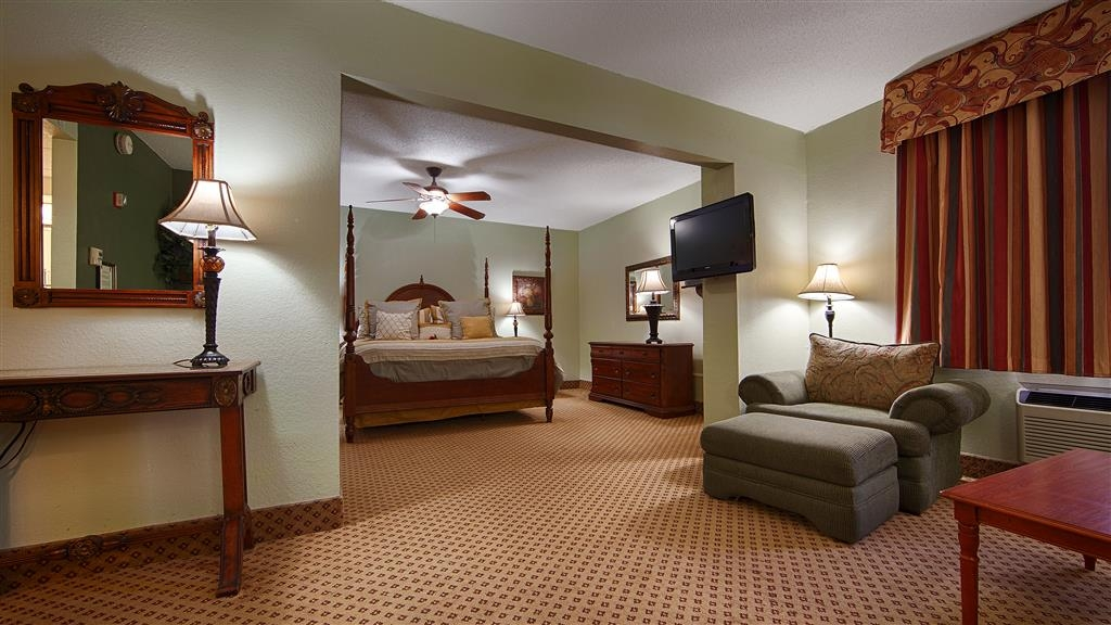 Best Western Gateway Grand - Spend a relaxing night together in our hot tub. Our King Hot Tub Suite includes, 1 Luxurious King size pillow top bed, Sitting area in bedroom, Separate living area with Spacious Hot tub. upgraded amenities in bath, a wet sink with a microwave and refrigerator