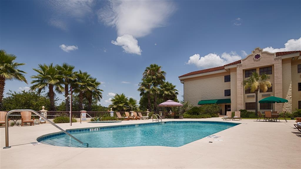 Best Western Gateway Grand - Soak up the sun in one of our comfortable lounge chairs by our outdoor swimming pool.