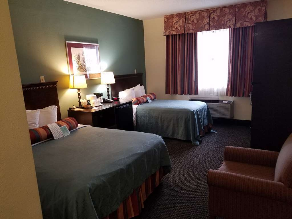 Best Western Gateway Grand - You can relax after a long day of traveling. For your comfort of knowing you travel companion is right next to you in our Queen and Single Accessible Room