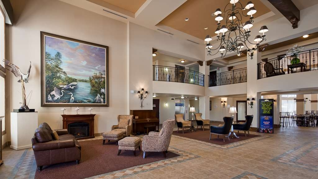 Best Western Gateway Grand - Come and enjoy the spacious lobby offering a place to socialize with other guests or members of your party.