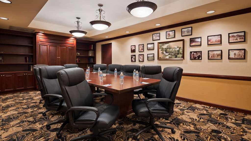 Best Western Gateway Grand - We offer the perfect conference room to exchange business ideas or strategies.