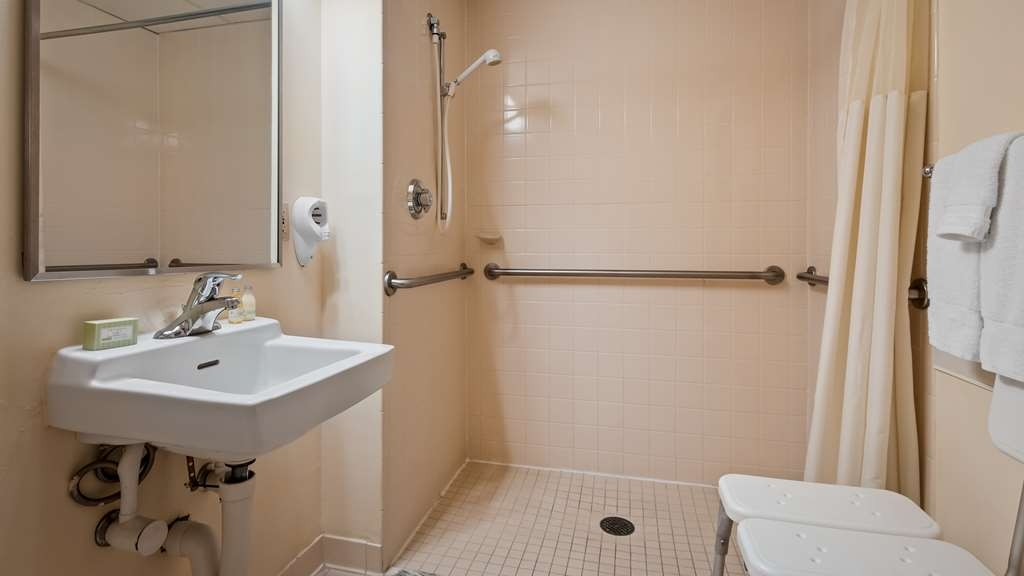 Best Western Gateway Grand - Accessible Guest Bathroom