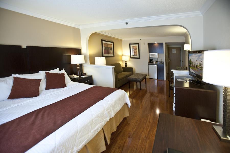 Best Western Plus Ambassador Suites Venice - Suite con letto king size e pavimenti in parquet laminati