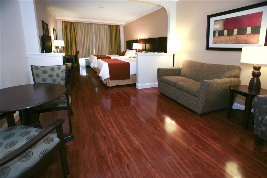 Best Western Plus Ambassador Suites Venice - Suite with Two Queen Size Beds and Laminate Floors