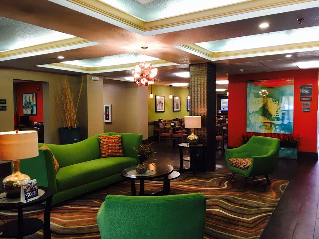 Best Western Plus Universal Inn - Relax in our inviting lobby area.