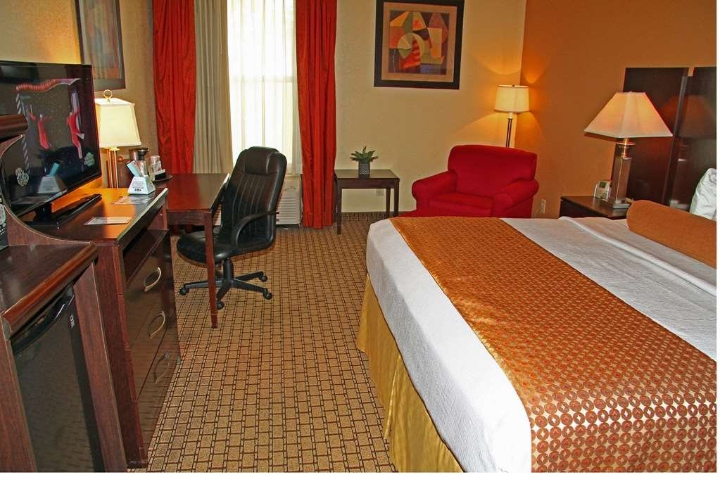 Best Western Plus Universal Inn - Relax after a long day of travel in our king guest rooms.