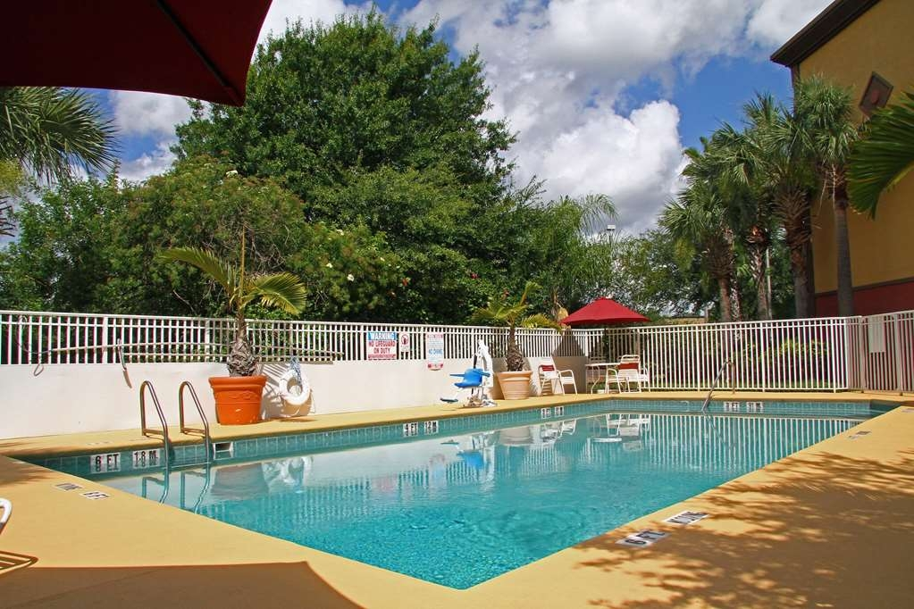 Best Western Plus Universal Inn - Have some fun in the sun with your family at our outdoor pool.