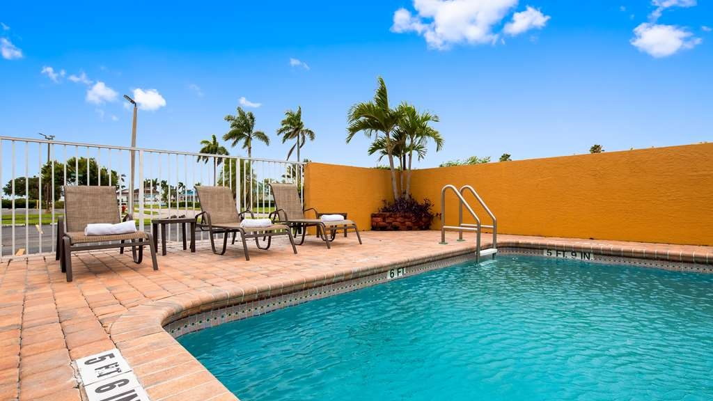 Best Western of Clewiston - Whether you want to relax poolside or take a dip, our outdoor pool area is the perfect to unwind.