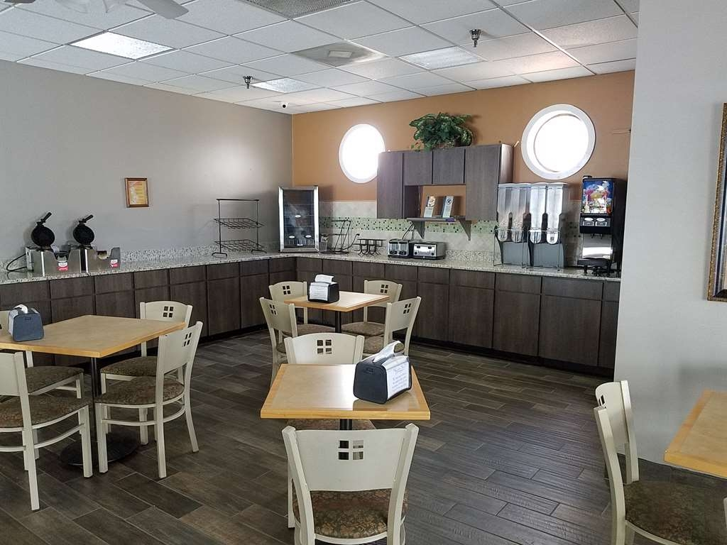 Best Western Ocala Park Centre - Even if you're in rush, don't miss the most important meal of the day. Choose from a wide selection of seating to enjoy your morning meal.
