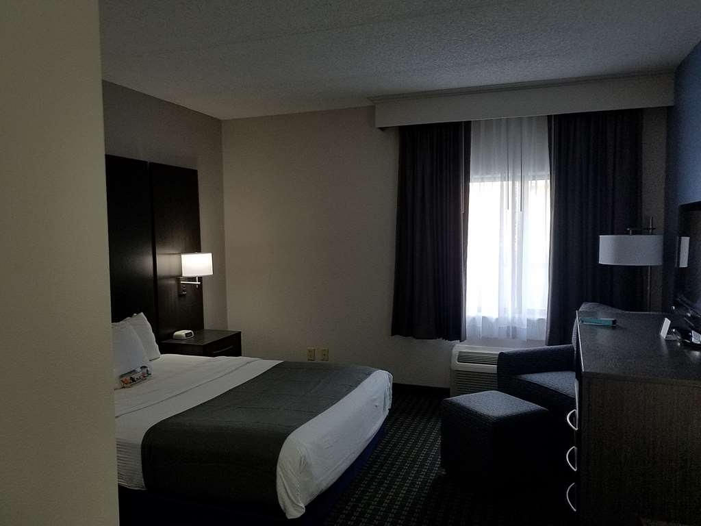Best Western Ocala Park Centre - Accessible Queen bed room with either a roll-in shower or tub.