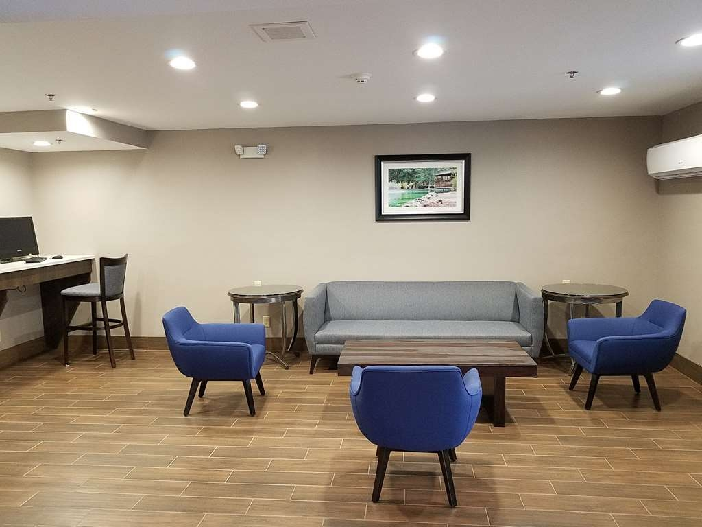 Best Western Ocala Park Centre - Meet up with friends or enjoy some quiet time in our comfy lobby area.